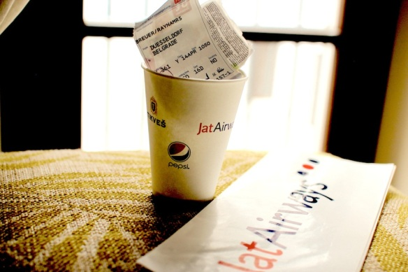 jat-airways-kaffeebecher-mit-tickets