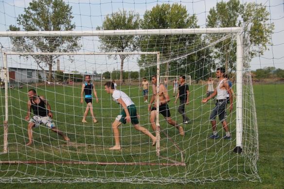 Fußball verbindet: Syrer und Kroaten spielen Fußball in Tovarnik. Foto: Rayna Breuer