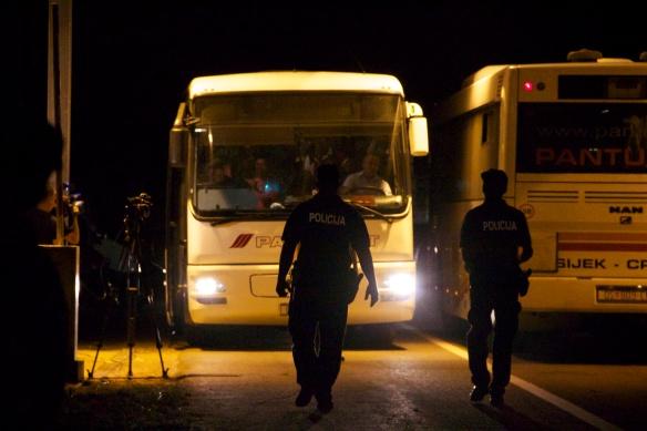 Mitternacht. Grenze ist offen: Durchgang an der kroatisch-ungarischen Grenze Foto: Rayna Breuer