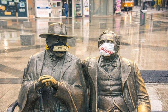 Alle tragen Masken